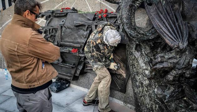Un operario retira el arma equivocada del monumento a Kaláshnikov.