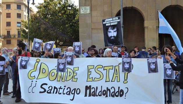 Concentración en la Plaza del Castillo por el joven argentino Santiago Maldonado.