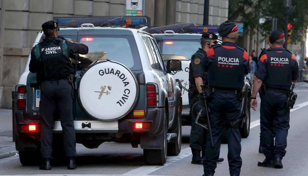 Los Mossos custodian la intervención de la Guardia Civil en la sede de Economía de la Generalitat catalana