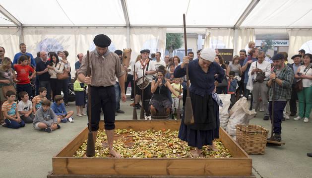 Foto de descalzos y ayudados de mazas de madera, el grupo Jo ala jo recuperó ayer la tradicional Kirikoketa.