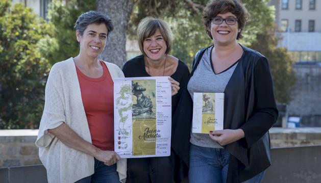 Foto de la coordinadora del proyecto, Kati Leatxe Aristu (Karekin Kultura); la responsable de las visitas guiadas, África Flamarique Borrego; y la diseñadora de la guía didáctica, Garbiñe Navarro Rodríguez.