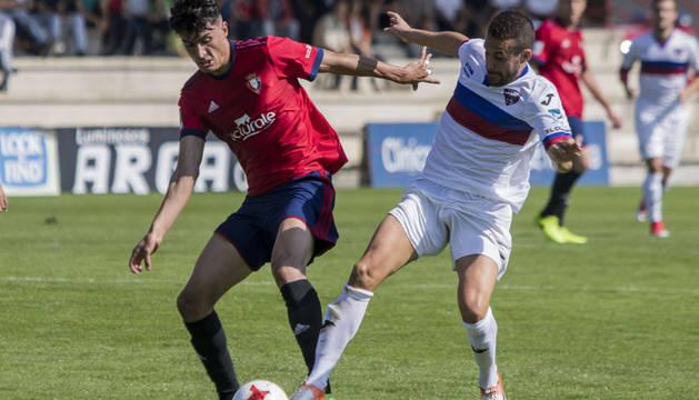 Luis Perea disputa por el balón ante un rival del Leioa en el encuentro disputado ayer en Tajonar.