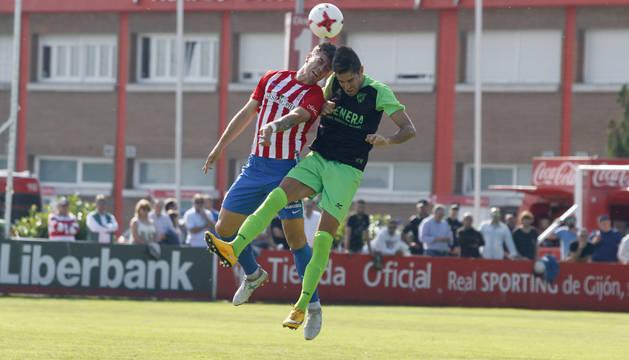 Javi Bolo disputa de cabeza un balón aéreo ante su rival.