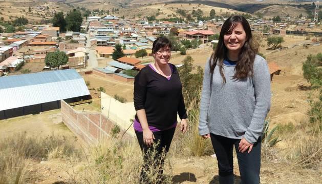 María Ansó Palacios (izquierda) e Idoia Gil Egozcue, posando ante Anzaldo, el pueblo de Bolivia donde llevan viviendo casi dos años.