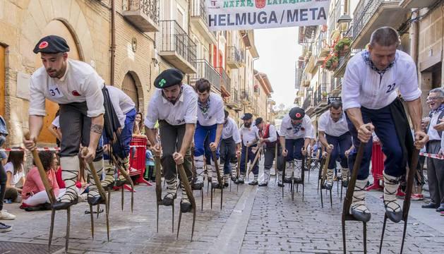 Foto del inicio de la XXXIV carrera de Layas de Puente la Reina contó con 35 participantes en la categoría masculina.