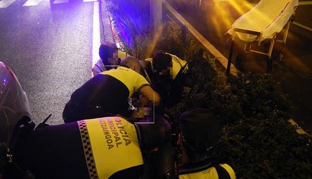 Agentes de Policía Municipal atienden al herido.