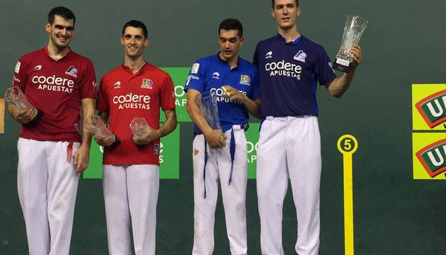 Victor y Rezusta alzan el trofeo de campeones en presencia de Ezkurdia y Albisu