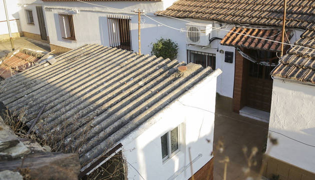 Entrada de la vivienda situada en la localidad onubense de La Zarza, donde han sido encontrados los cuerpos y los niños.