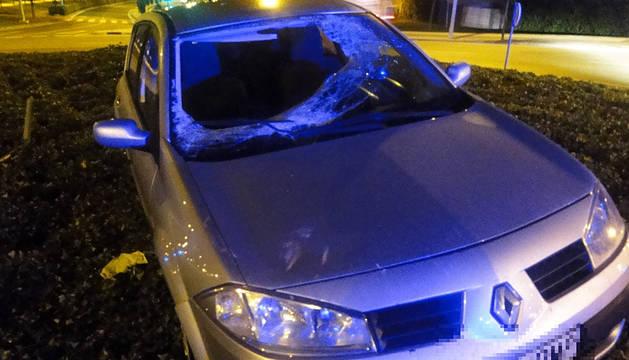 El coche ha sufrido la rotura de la luna tras accidentarse en la carretera de Sarriguren.