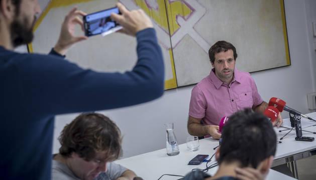 Foto de Aritz Ayesa (Bildu), presidente de la Mancomunidad de la Comarca de Pamplona, ayer en su comparecencia ante los medios.