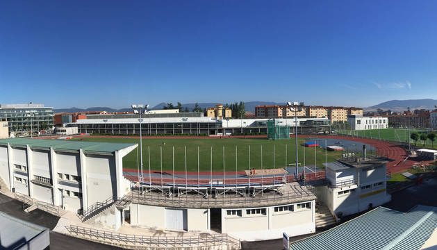 Imagen del estadio de Larrabide, con la zona de la grada en primer plano, donde se estudia construir el módulo de pista cubierta.