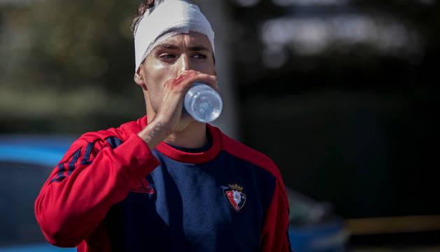 El canterano Julen Hualde, bebiendo agua tras el incidente del partido ante el Leioa.