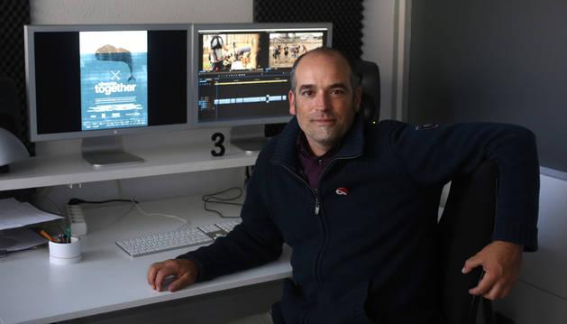Foto de Migueltxo Molina ayer, en las instalaciones de Arena Comunicación. En la pantalla, el cartel de Elkarrekin-Together, la película que presenta en San Sebastián.