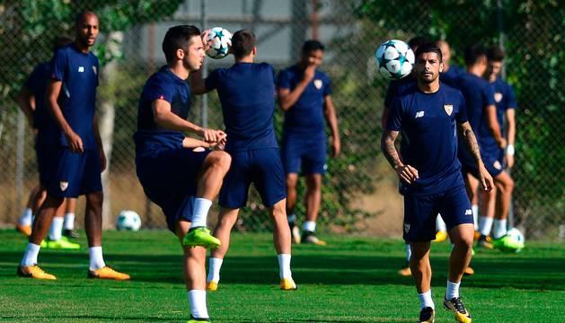 Pablo Sarabia y Ever Banega, en el último entrenamiento previo al partido de este martes.