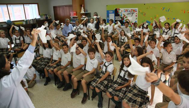 Alumnos de 4º de Primaria del colegio de Teresianas de Pamplona aprenden a prevenir catarros en una clase práctica con logopedas.