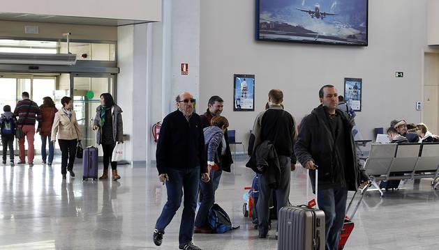 Imagen de pasajeros en el aeropuerto de Pamplona en una imagen de archivo.