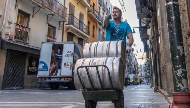 Un repartidor, en el Casco Viejo de Pamplona.