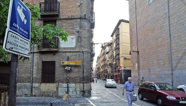 A la izquierda, cartel de la cámara que vigilará el acceso al Casco Viejo desde calle Mayor-Taconera.