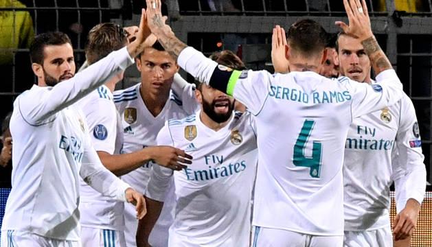 Los jugadores del Real Madrid celebran uno de los tres goles marcados en Dortmund.