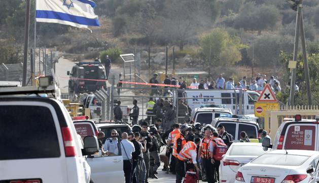 Soldados israelíes, haciendo guardia en el lugar del tiroteo.