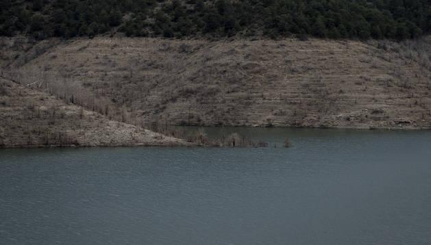 Imagen del embalse de Itoiz, que nutre al Canal de Navarra.