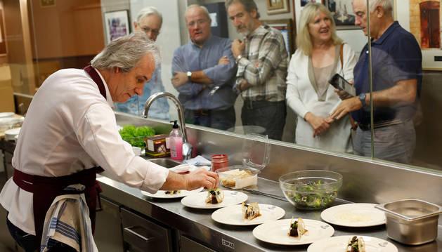 El cocinero navarro Carlos Oyarbide emplata seis raciones con la misma receta para que la prueben los miembros del jurado.