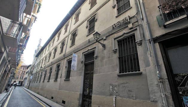 Imagen de las aceras  de la calle San Francisco a la altura del antiguo convento de Salesas.
