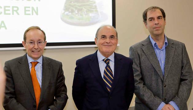 El presidente de la Asociación Española Contra el Cáncer (AECC) de Navarra, Francisco Arasanz (centro), este miércoles.