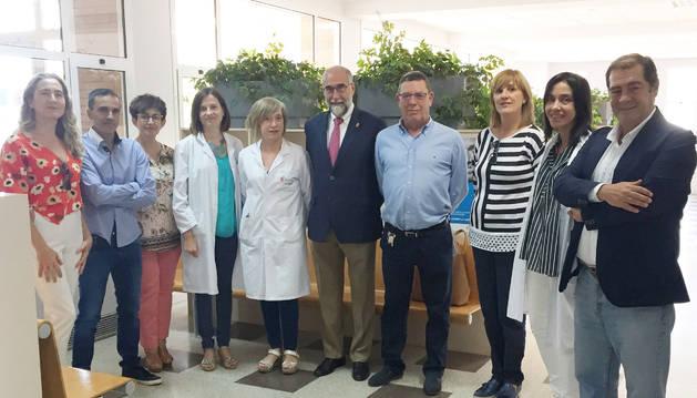 El consejero de Salud, Fernando Domínguez, con el personal del consultorio.