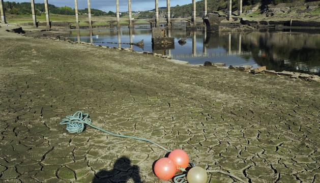 Estado en el que se encuentra el embalse de Portomarín cuyo nivel es tan bajo, a causa de la sequía que padece la provincia de Lugo, que ya se pueden ver las ruinas del pueblo antiguo, inundado en los años 60.