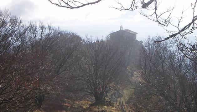 Vista de la Trinidad de Erga descendiendo desde la cima de esa montaña, por la que pasarán los senderistas.