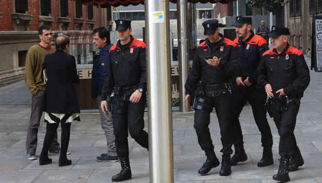 La presidenta Barkos habla con los parlamentarios de Podemos Carlos Couso y Rubén Velasco, junto a agentes de la Policía Foral.