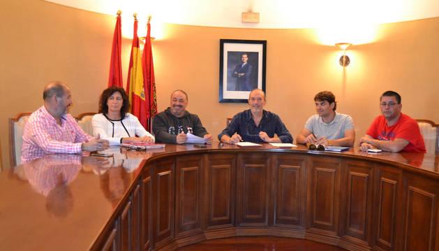 Ignacio Gutiérrez, María José Verano, Manuel Terés, Emilio Cigudosa, Pablo Azcona y José Antonio Pérez en el salón de plenos de San Adrián.