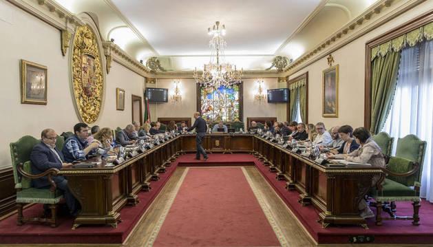 Foto del salón de plenos del Ayuntamiento de Pamplona, momentos antes de iniciarse la sesión extraordinaria de ayer jueves.