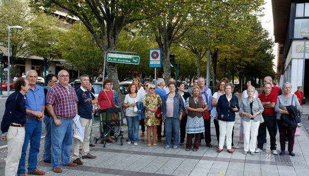 Un grupo de vecinos y comerciantes de Pío XII, ayer, en las inmediaciones del Civican.