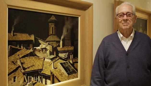 Foto de Miguel Echauri, que acaba de cumplir 90 años, posa ante algunos cuadros de la exposición
