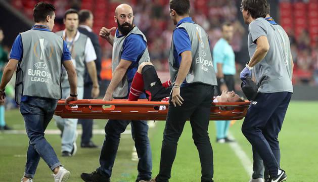 Iker Muniain se retira en camilla tras lesionarse en los instantes finales del encuentro.
