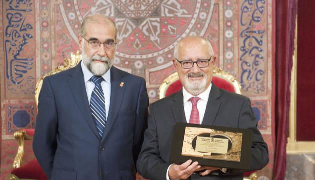 Foto del doctor Jesús Elso y el consejero de Salud, Fernando Domínguez.