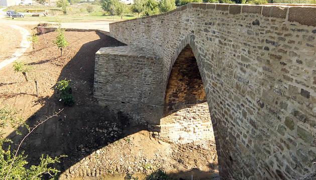 Imagen del puente medieval de Salinas de Ibargoiti restaurado.