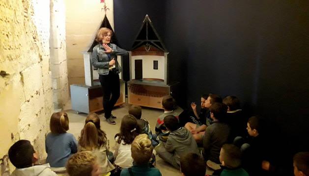 Un grupo de escolares atiende las explicaciones en una visita.