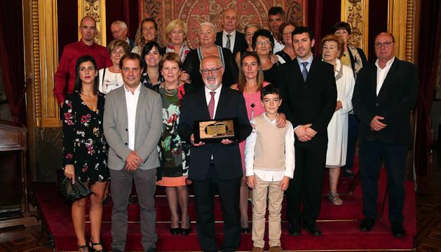 El médico Jesús Elso, premio Sánchez Nicolay, en el centro con la placa, junto a su familia. A la izda, su mujer, Maite  Fábregas.