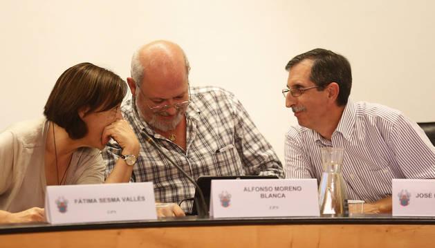 Fátima Sesma, Alfonso Moreno y José Luis Asín Buñuel, ediles de UPN, al inicio de la sesión en el ayuntamiento de Barañáin de este jueves. Asín tomó posesión ayer. De 61 años, jubilado tras 25 años de profesor en Navarra, es secretario del comité local de UPN.