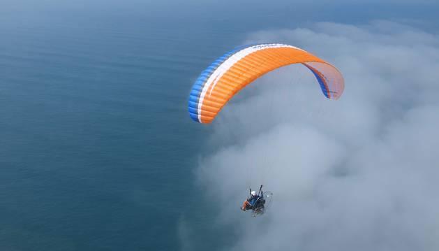 Un paramotor vuela en la costa de Portugal.