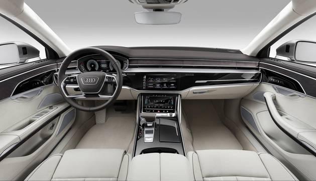 Parece un coche de ciencia ficción, pero el nuevo Audi A8 es real y rueda de manera autónoma en situaciones de tráfico lento. Es uno de los pocos que estrena el nivel 3 de conducción autónoma a nivel mundial, un hito en la automoción. El conductor puede soltar el volante, sentarse en la plaza trasera y disfrutar del viaje mientras el A8 lo hace todo