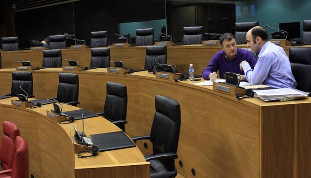 Imagen de la pasada legislatura, con Manu Ayerdi y Patxi Leuza sentados en sus escaños como parlamentarios de Geroa Bai.