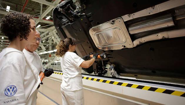 Operarios de la cadena de montaje trabajan en el carenado inferior del Polo.