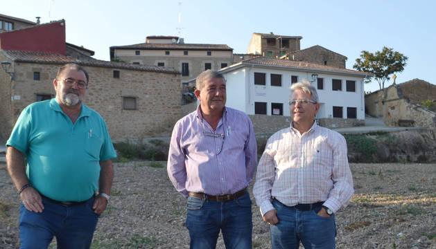 Foto de Jesús Pérez (teniente de alcalde), Juan Luis Pérez (alcalde) e Ignacio Juanbeltz (promotor).