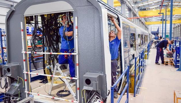 Operarios de la empresa Trenasa de Castejón trabajan en el montaje de un vagón.