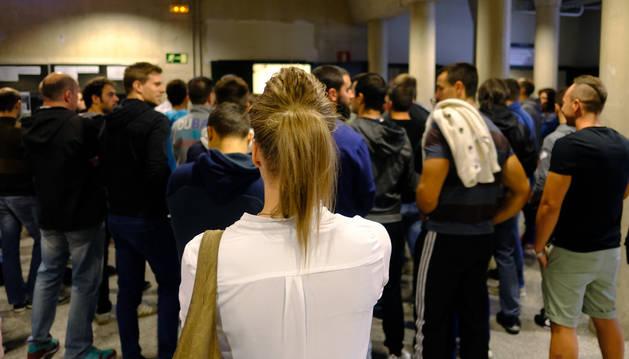 Foto de Carmen, hostelera de 26 años, espera para entrar al examen en el Aulario de la UPNA.