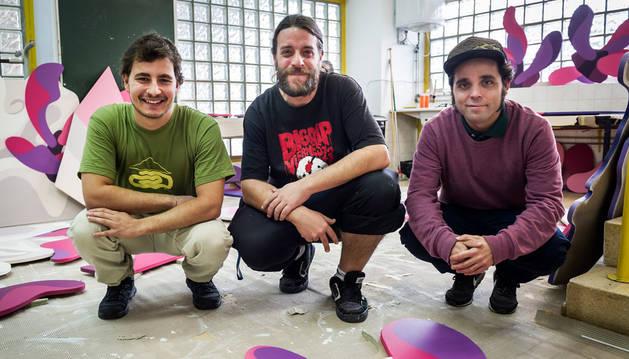De izquierda a derecha: Mikel Jaime; Javier Roldán, Pin, y Alfonso Álrez, Al, en el taller donde preparan la instalación que colgará de la fachada de la Casa de Cultura de Zizur Mayor durante un año. Carlos Cenoz, por su parte, se ocupará del mural en la parte trasera.
